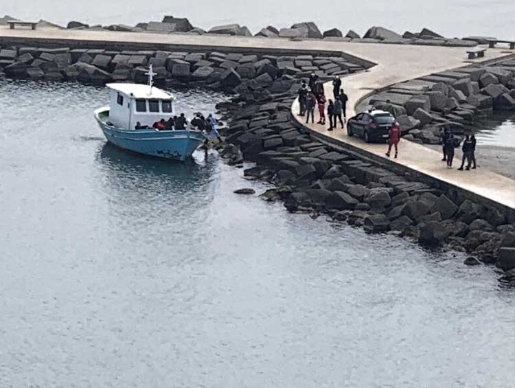 Le immagini dell'attracco sulla passerella di Crotone dell'imbarcazione con migranti
